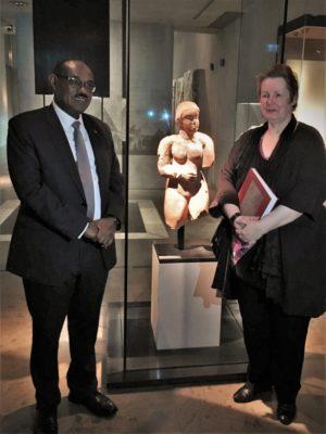"""S.E. Dr. Al-Dirdiri Mohamed Ahmed, Außenminister der Republik Sudan und Dr. Sylvia Schoske neben der """"Meroitischen Venus""""."""